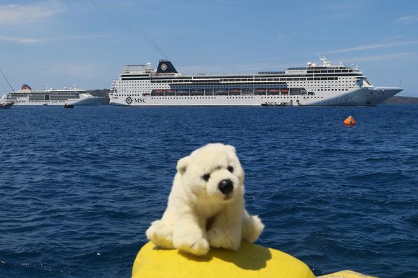 Ole wartet auf das Tenderboot, dass ihn in Santorini wieder zum Schiff bringt.