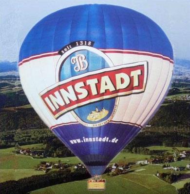 Wir fahren mit dem größten Ballon Niederbayerns. 35 m hoch, 9000 cbm Füllung, 12000 PS am Brenner. Wahnsinn!