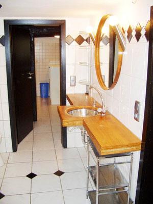 Der Waschtisch im Bad hat Platz für all Ihre Utensilien und Pflegeprodukte