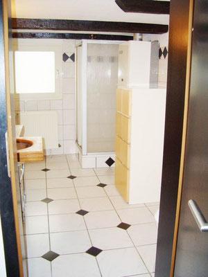 Das Bad mit Dusche und Fenster.