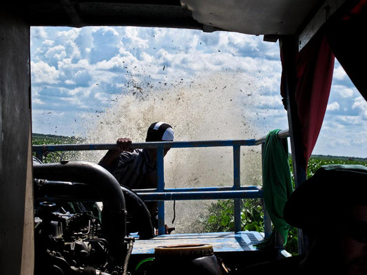 Motore quasi in panne sulla Slow Boat da Battambang a Siem Reap. (Photo by Gabriele Ferrando - LA MIA ASIA)