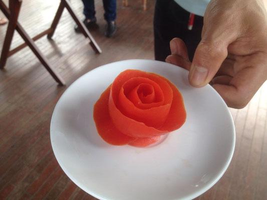Pomodoro intagliato a forma di rosa, crociera ad Halong Bay, Vietnam del Nord (Photo by Gabriele Ferrando - LA MIA ASIA)