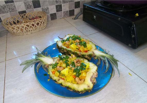 Versare il riso saltato nelle scodelle d'ananas