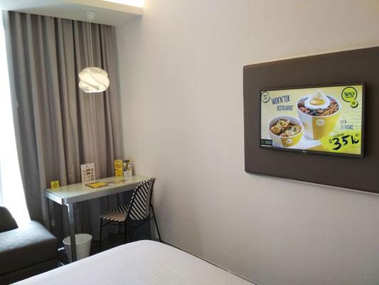 Tv e scrivania in camera - Yello Hotel Harmoni di Jakarta (Photo by Gabriele Ferrando - LA MIA ASIA)