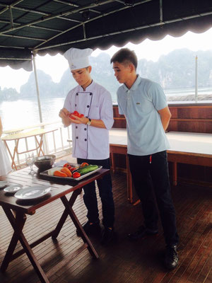 lezioni di fruit carving sul deck della garden bay cruise, crociera ad Halong Bay, Vietnam del Nord (Photo by Gabriele Ferrando - LA MIA ASIA)