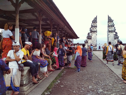 La fila per farsi la foto alle Porte del Paradiso del tempio di Lempuyang