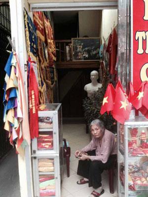 Vietnam. Negozio di articoli comunisti ad Hanoi. (Photo by Gabriele Ferrando - LA MIA ASIA)