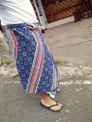 Bisogna indossare un sarong o pareo per accedere al tempio