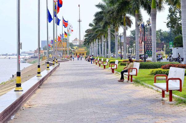 Viaggio di Gruppo in Cambogia - Lungofiume di Phnom Penh