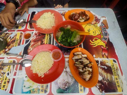 Pork Belly rice e zuppa di wonton di gamberi. Bancarelle di cibo a Jalan Sultan, Chinatown di Kuala Lumpur (Photo by Gabriele Ferrando - LA MIA ASIA)