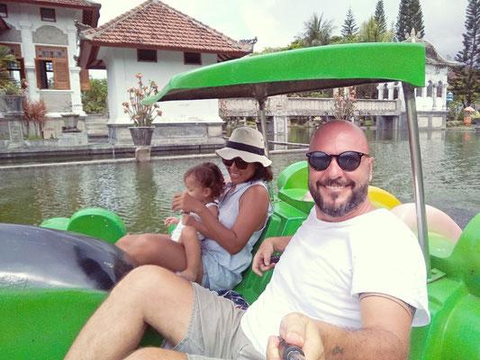 In pedalò al Taman Ujung di Bali
