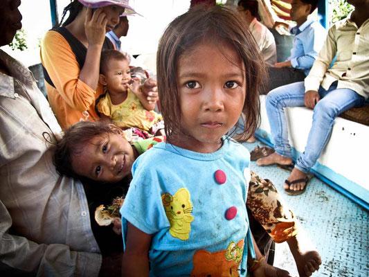 Bambini cambogiani sulla Slow Boat da Battambang a Siem Reap. (Photo by Gabriele Ferrando - LA MIA ASIA)