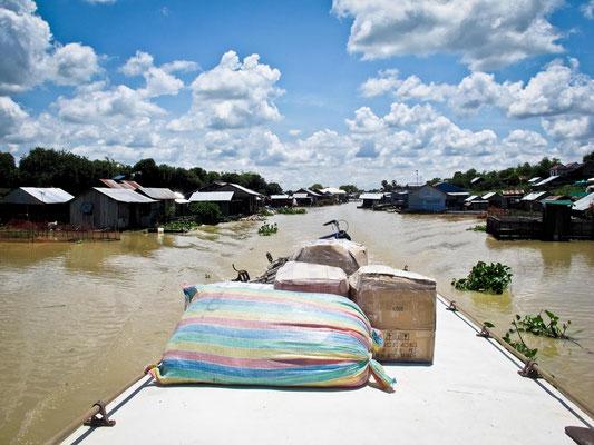 Bagagli sul tetto della Slow Boat da Battambang a Siem Reap. (Photo by Gabriele Ferrando - LA MIA ASIA)