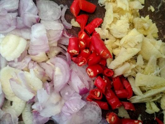 Sminuzzate l'aglio, gli scalogni, i peperoncini e lo zenzero