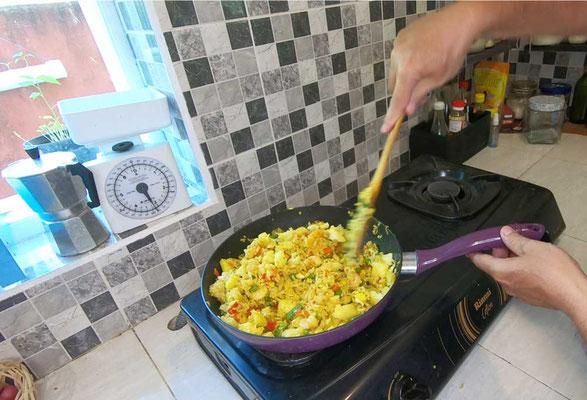 Aggiungere l'ananas e le uova strapazzate