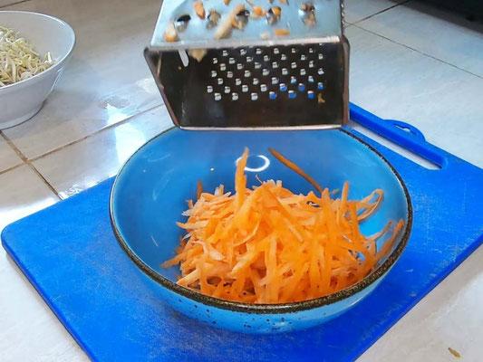 Tagliate le carote a julienne