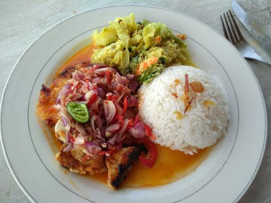 Barracuda grogliato con riso e verdure. Warung Segara Amed