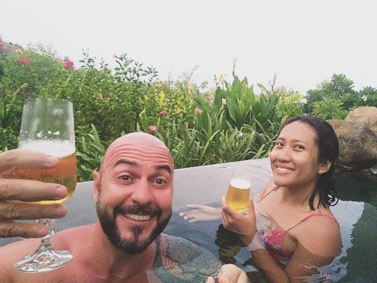 Aperitivo in piscina al Griya Villas Amed