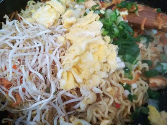 Aggiungere i noodles, i germogli, le uova ed il cipollotto