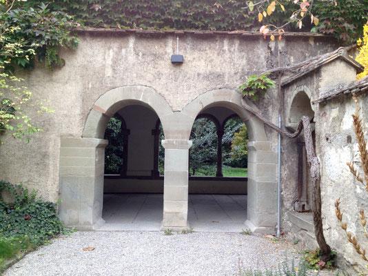 Doppelbögen: aus dem Kräutergarten in den Innenhof des Kreuzgangs