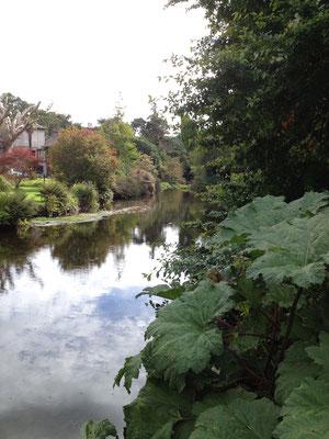 Der Fluss Vantry fliesst malerisch durch den Garten