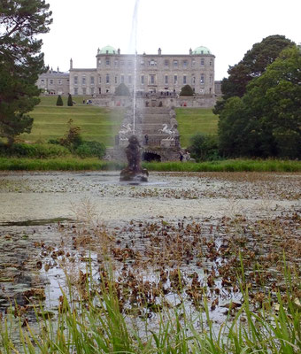 Ansicht Powerscourt House vom grossen See mit Fontäne