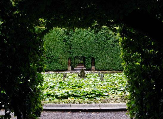 Der Teich und eine 9 m hohe Buchenhecke, die ihn einfasst,  erzeugen eine ganz besondere Atmosphäre