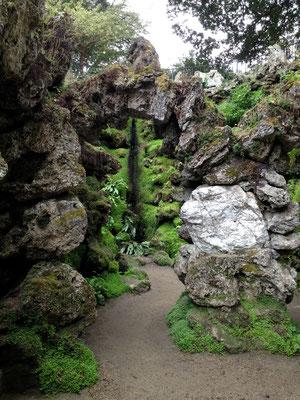 Moosbewachsene Grotte im japanischen Garten