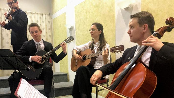 Geige: Jonathan Pühringer, Gitarren: Christopher Seebacher & Karina Wegerer und am Chello: Bernhard Wegerer