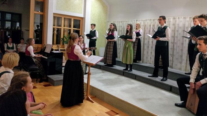 Jugendchor mit instrumentaler Unterstützung