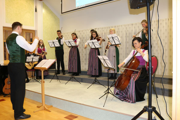 Die Ensemble Gruppe unter der Leitung von Bernhad Wegerer mit Unterstützung durch Evelyn Hupf