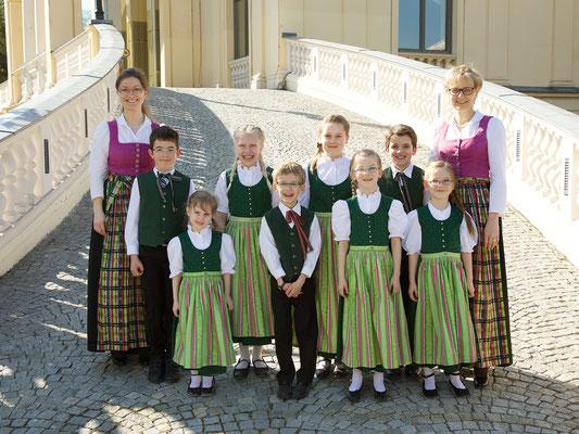Stötten Kinderchor im April 2017 (links: Karina Wegerer, rechts: Gabriela Hofmann)