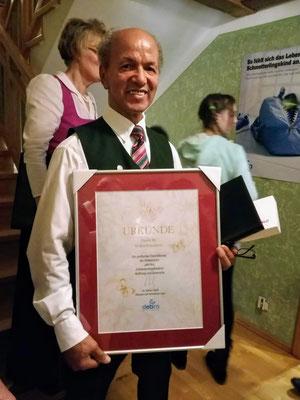Johann Sieberer mit der Urkunde von DEBRA Austria