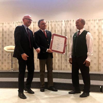 Hr. Feichtlbauer & Dr. Riedl bei der Übergabe einer Urkunde an Chorgründer Johann Sieberer