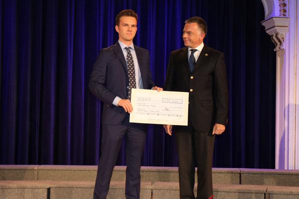 € 1.000,- Scheckübergabe durch Clemens Mayer an Dr. Rainer Riedl (Anlaß: 80 jähriges Firmenjubiläum)
