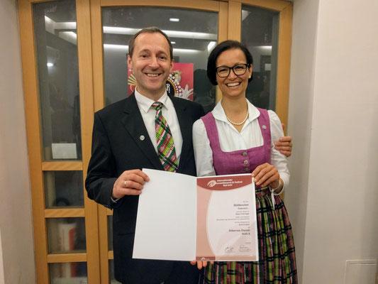 Helmut Schachner und Diana Pühringer mit dem Diplom