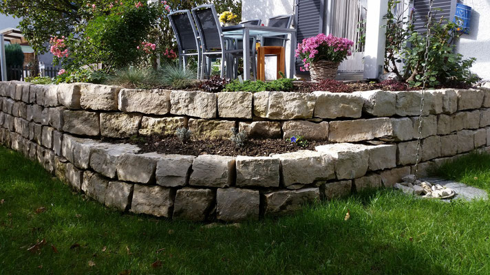 Natursteinmauer mit Jurasteinen. Altachenring 4 Brittnau