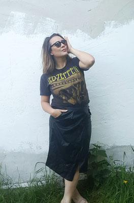 Band T-Shirt + Leder-Wickelrock. Bildcredit: Frau Jona&Son
