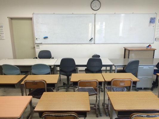 メインの教室。真正面から。