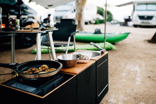 Kochen vor dem Bus mit den  Campingmodulen