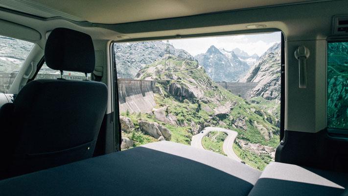 Aussicht aus der Schiebetüre über die Alpen