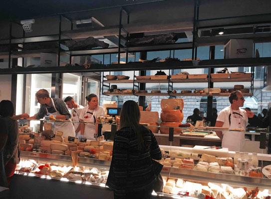 Käsetheke auf dem Mercato Centrale in Rom