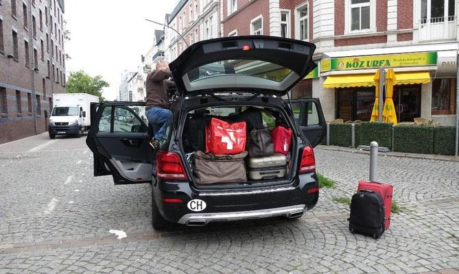 """Ankunft in Hamburg / Altona. Das heisst """"Arbeit"""", die Dachbox wiedr montiern."""