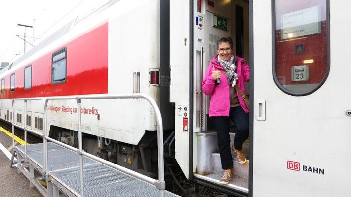 Der Zug bringt uns mit Sack und Pack nach Hamburg.