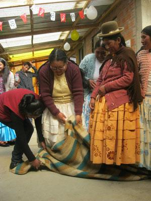 Aufgabe Nr. 2: Die Gruppe muss die Wolldecke auf die Rückseite drehen ...