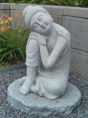 Ruhender Budda im Garten Ebel, Auszeithaus AUSZEIT MITTENDRIN, Ochtendung