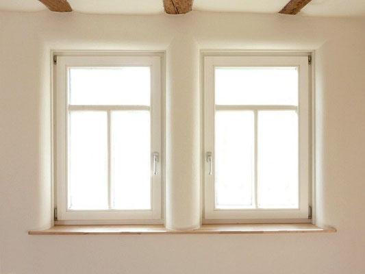 Holzfaserdämmplatten mit Wandhheizung und Lehmputz - Fensterlaibung gerundet.