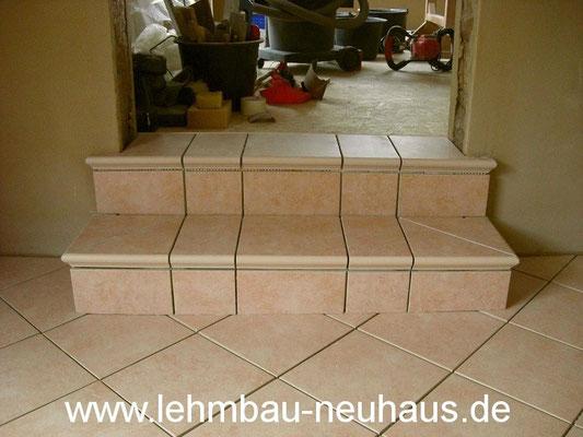 Stufen, Fliesen, Lehmputz