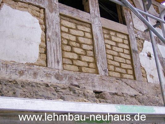 Gefache ausmauern mit Lehmsteinen