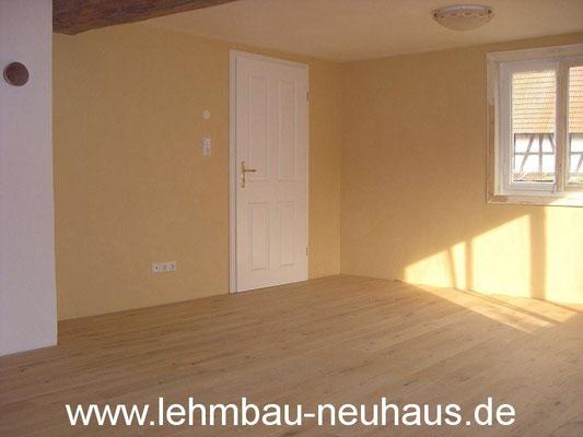 Lehmputz, Lehmfarbe, Eiche - Massivholzdielen, Zimmertür - Wohnzimmer